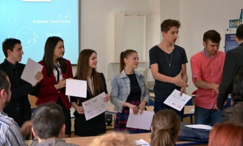 """tinerii dezbat """"Tinerii Dezbat"""""""