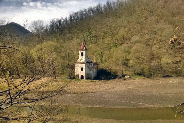 Biserica catolică din Lacul Cinciş