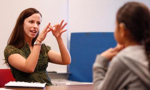 interpreților mimico-gestuali deficiențe de auz