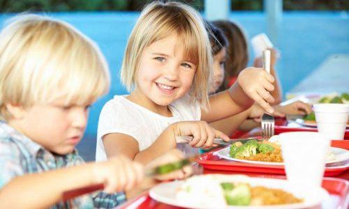 copil mananca elevi masă caldă